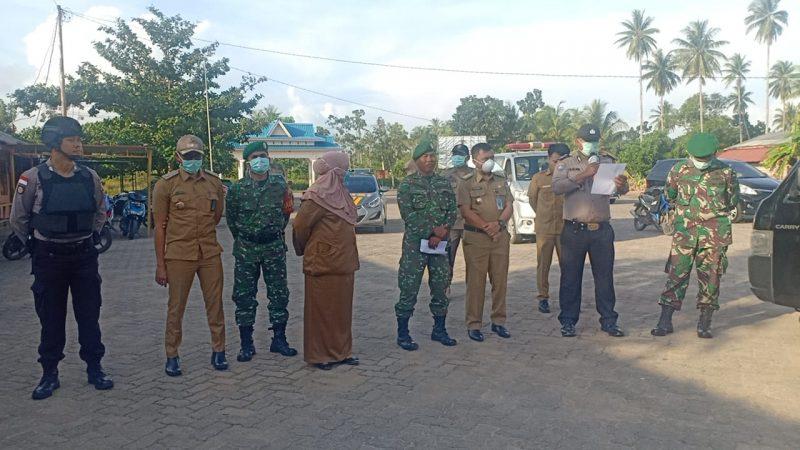 Camat, TNI-POLRI dan dokter Puskesmas saat melaksanakan kegiatan Imbauan ke warga masyarakat
