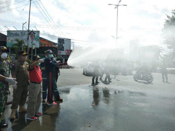 Pemko, TNI-POLRI saat menyemprot di fasilitas umum Kota Tanjungpinang