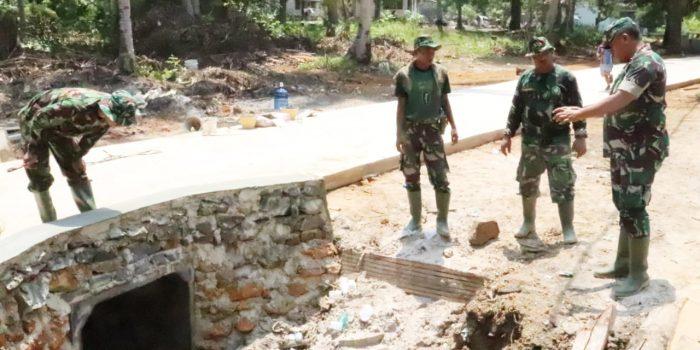 Dandim 0315/Bintan Kolonel Inf I Gusti Ketut Artasuyasa saat memantau pekerjaan gorong gorong di Kampung Tanjung Siambang, Dompak