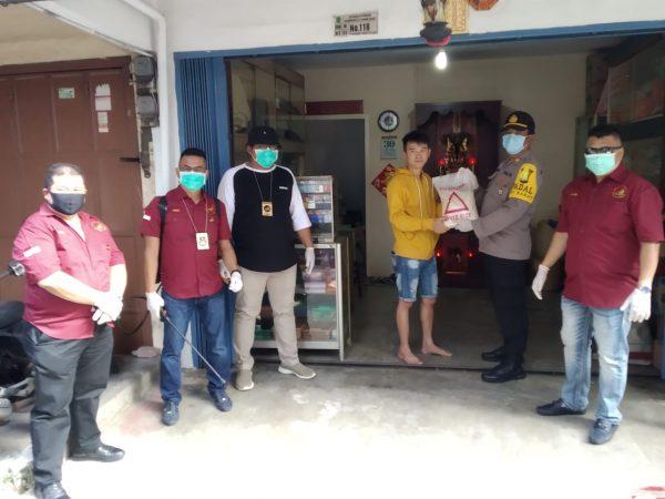Melayu Raya dan Polisi bagi beras ke warga yang terdampak Covid-19 di Tanjungpinang
