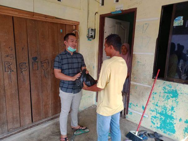 M.Apriyandy saat membagikan paket sembako ke salah satu warga Kecamatan Tanjungpinang Timur
