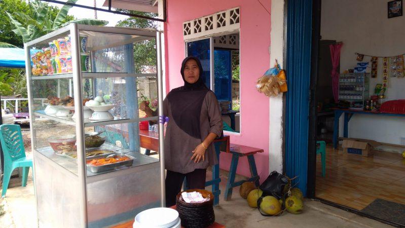 Mama Reni pelaku UKM di Kp Tanjung Siambang, Dompak