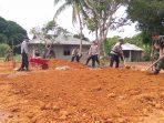 Anggota TNI-POLRI bersinergi bersama dalam pembangunan jalan di Tanjung Siambang, Dompak