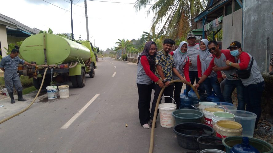 RDDK saat bagikan air bersih ke warga sekitar Perumahan Bandara Asri Km 13