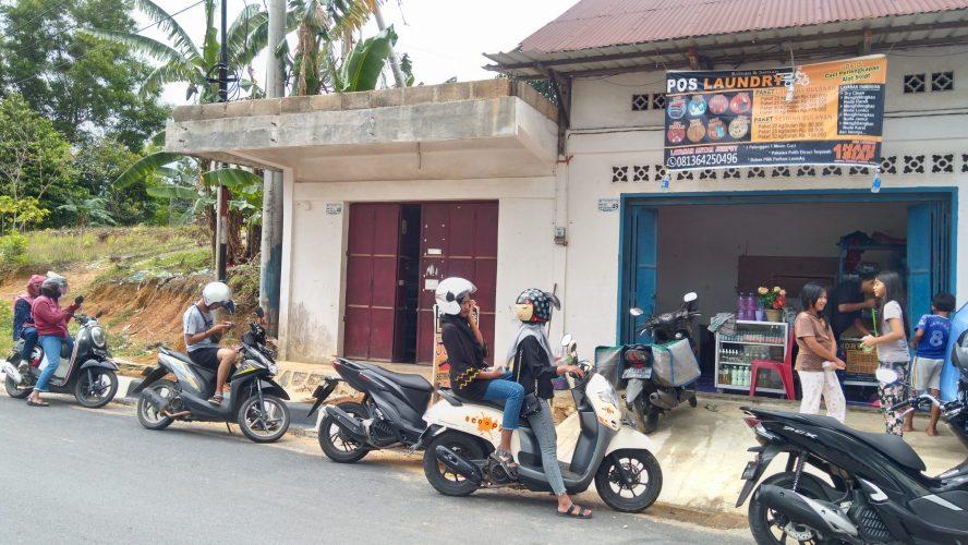 Warga Bintan antusias mendatangi Pos Laundry di simpang 4 Lintas Barat, Kabupaten Bintan