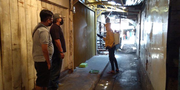 Ketua Kombesgor Kepri Munawaruddin (Megat Hitam) di dampingi salah satu pedagang Pasar Baru I Chandra pantau penyemprotan Disinfektan