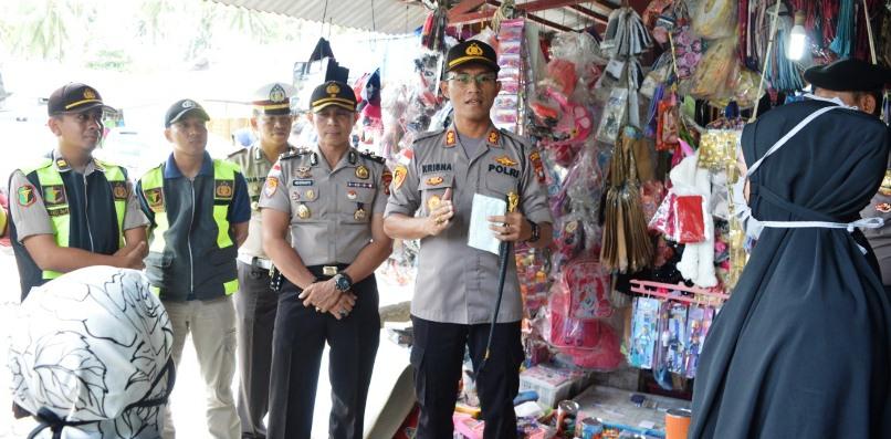 Kapolres Natuna AKBP Ike Krisnadian S.I.K saat melakukan giat Sosial Distacing di Pasar Ranai