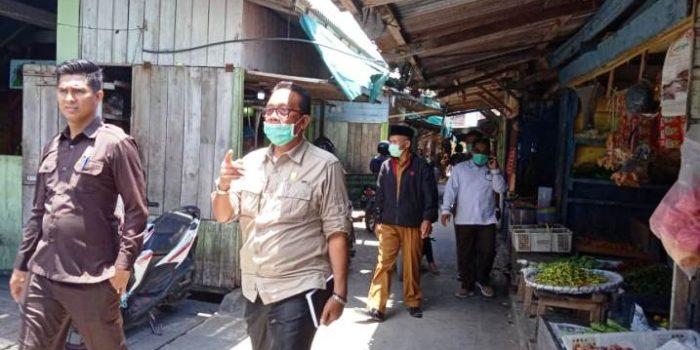 Ketua DPRD Natuna Andes Putra dan Wakil Ketua II Jarmin Sidik saat pengecekan stok dan harga Sembako di Pasar Ranai