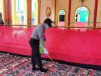 Personil Polsek Bengkong Saat Menyemprotkan Cairan Desinfektan