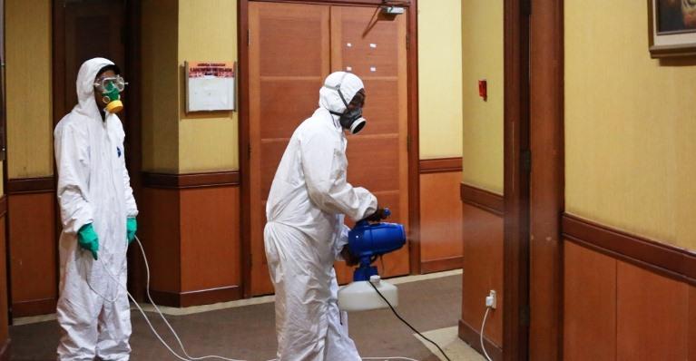 Petugas Saat Menyemprotkan Cairan Desinfektan Disalah Satu Ruangan DPRD Kota Batam