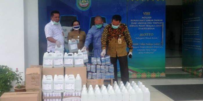Pimpinan Berserta Anggota DPRD Batam Saat Menyerahkan Bantuan ke RSUD Embung Fatimah