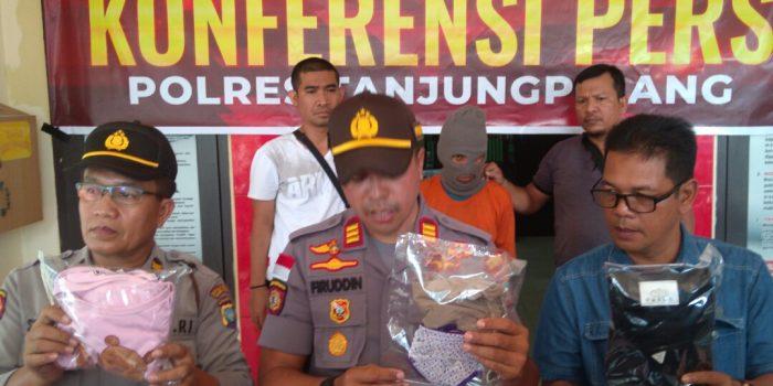 Kapolsek Tanjungpinang Timur AKP Firuddin saat menunjukkan barang bukti pencabulan saat konfrensi Pers