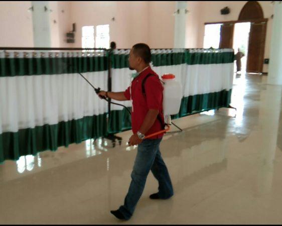 Penyemprotan Disinfektan di dalam Mesjid An-Nur, Kawal