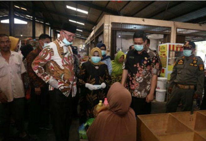 Walikota Tanjungpinang H Syahrul dan Wakil Walikota saat menyapa warga di pasar Bintan Centre