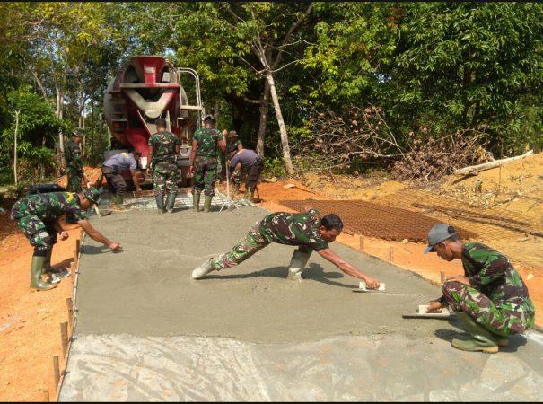 Tampak TNI-POLRI meneruskan pekerjaan semenisasi jalan di Tanjung Siambang, Dompak