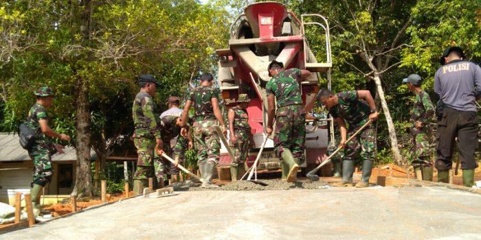 TNI-POLRI saat bekerja pembangunan jalan semenisasi di Tanjung Siambang dalam program TMMD ke-107