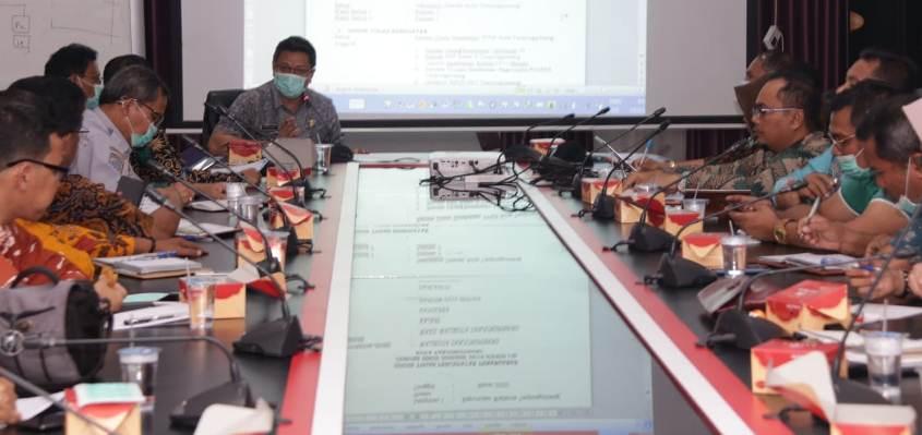 Sekretaris Daerah Kota Tanjungpinang, Teguh Ahmad Syafari Saat memimpin rapat Tim Gugus Tugas Percepatan Penanganan Covid-19