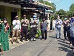 Foto Bersama Usai Penyerahan Sembako ke Warga