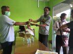 Sekretaris PWI Tanjungpinang-Bintan saat membagikan hand sanitizer ke wartawan di Kantor Tanjungpinang Pos