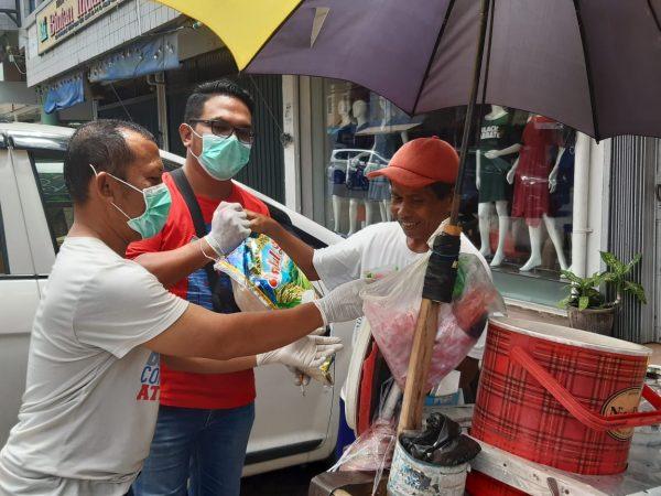 Relawan Covid-19 Tanjungpinang memberikan bantuan beras 10 kg ke warga kurang mampu