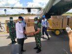 Kepala Staf Korem 033/Wira Pratama Kolonel Inf Jimmy Watuseke saat menyerahkan ADP dan Masker ke Walikota Tanjungpinang H Syahrul S.Pd