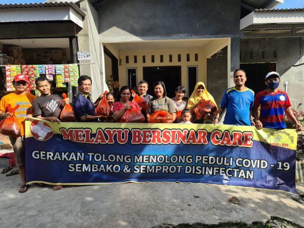 LSM Melayu Bersinar Care photo bersama warga penerima sembako di wilayah Kecamatan Tanjungpinang Timur