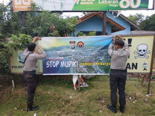 Personil Polsek Gunung Kijang saat memasang spanduk imbauan tidak mudik