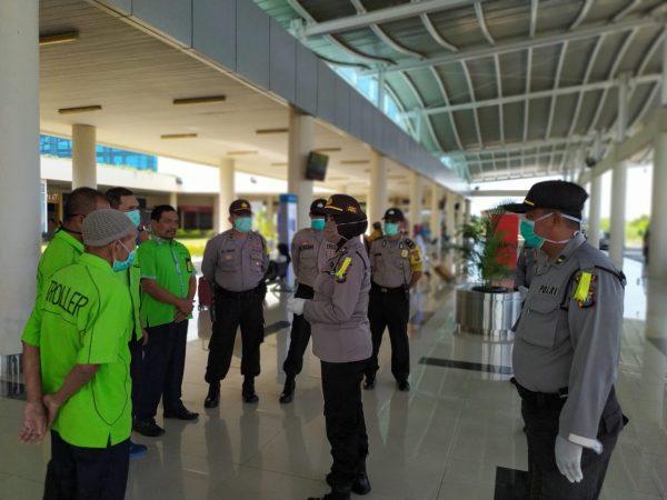 Polres Tanjungpinang melalui Sat Binmas saat memberikan sembako ke porter Bandara RHF Tanjungpinang