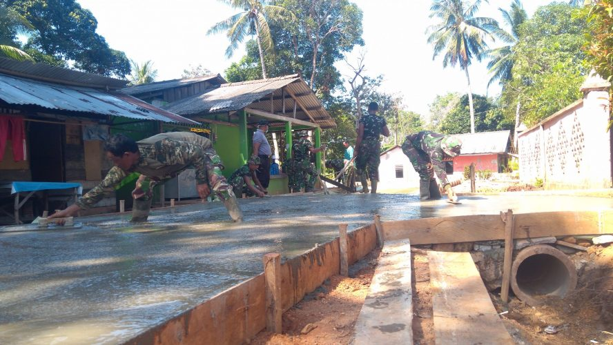 Hari ke-17 TMMD, Satgas terus bekerja menyelesaikan pekerjaan semenisasi jalan sepanjang 1 Km di Kampung Tanjung Siambang, Dompak