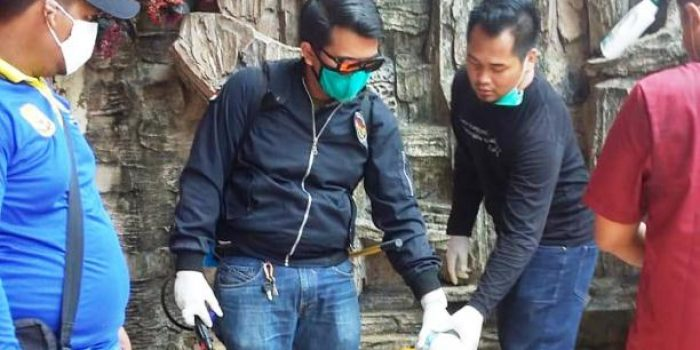 Ketua Melayu Raya Kelurahan Tanjung Ayun Sakti, Rocky Saat Menuang Cairan Disinfektan