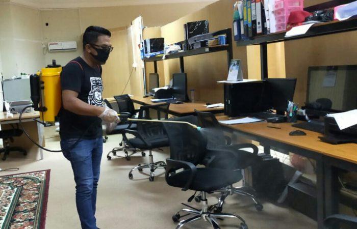 Salah satu Relawan Covid-19 dari insan Pers Aji Anugraha saat menyemprotkan Disinfektan di kantor KSP Kepri