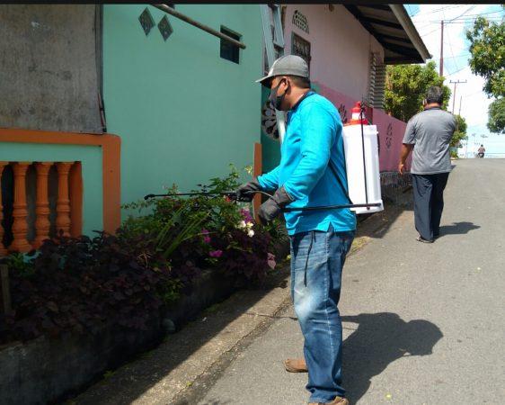 Ketua Kombesgor Kepri Munawaruddin saat menyemprot di salah satu rumah warga Perum Bintan Permai