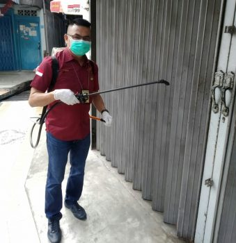 Bendahara MR Tanjungpinang saat menyemprot di salah satu kios warga di Tanjungpinang