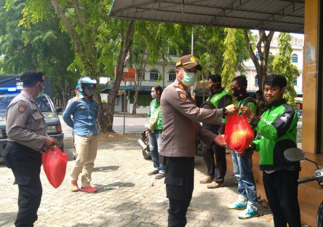 inang Timur AKP Firuddin saat menyerahkan Beras ke Ojol (Gojek) di Bintan Centre