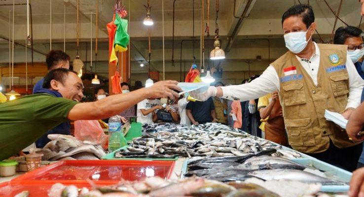 Plt Gubernur Kepri Isdianto Saat Membagikan Masker Kepada Salah Satu Pedagang