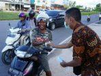 Aliansi Mahasiswa Se-Indonesia Kota Tanjungpinang dalam kegiatan bagi takjil dan masker ke warga atau pengendara