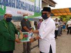 Donatur saat menyerahkan beras ke warga di Masjid Besar Al-Azhar