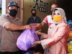 Plt Walikota Tanjungpinang Rahma Saat Menyerahkan Bantuan