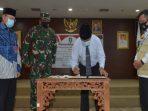 Plt Gubernur Kepri, Isdianto Saat Menandatangani Naskah Hibah