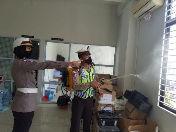 Kanit Regident Ipda Florensia Nirmala WP, S.Tr.K, saat menyemprot di salah satu ruang pelayan publik di kantor Satlantas Polres Bintan
