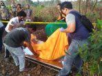 Jenazah korban NJ saat dievakuasi oleh tim Polsek Gunung Kijang