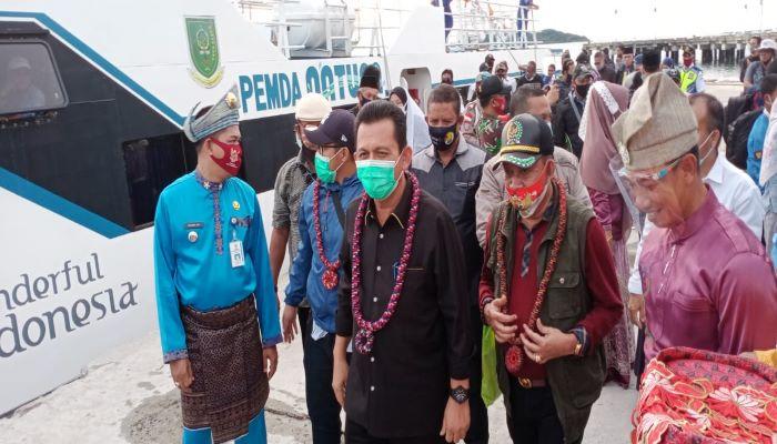 Ansar Ahmad saat tiba di Serasan didampingi anggota DPRD Provinsi Kepri, Ilyas Sabli dan Wakil Ketua I DPRD Natuna Daeng Ganda
