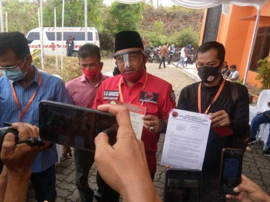 Sekretaris DPD PDI-P Lis Darmansyah saat menunjukkan SK Pengusungan Calon