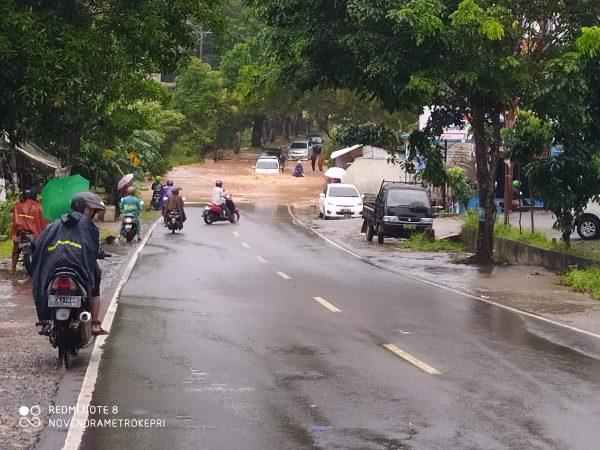 Banjir di jalan R.H Fisabilillah tepatnya di jembatan Km 8 atas Tanjungpinang