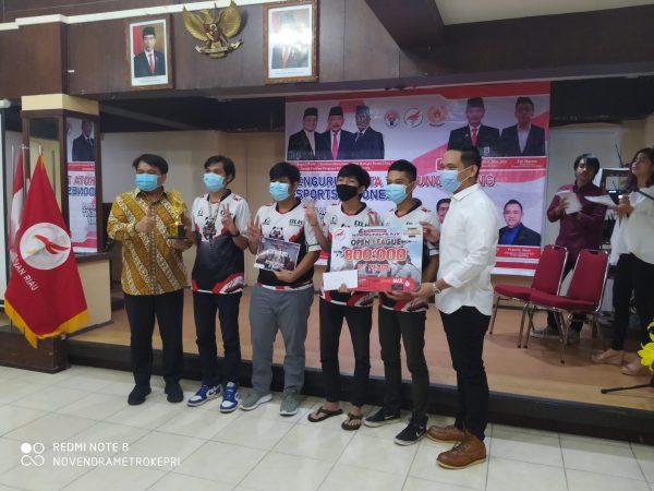 Penyerahan hadiah kepada pemenang lomba Online Turnament IDOL oleh Pembina ESI Kota Tanjungpinang Ade Angga