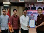 Ketua ESI Kabupaten Bintan Terpilih, Kendy Agustin saat menerima Surat Mandat