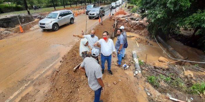 Komisi III DPRD Kepri Saat di Lokasi Jalan Amblas