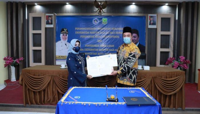 Wali Kota Tanjungpinang, Hj Rahma Foto Bersama Rektor Umrah Usai Penandatanganan Hibah