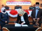 Ketua DPRD Kota Tanjungpinang, Yuniarni Pustoko Weni Saat Menandatangani Berita Acara APBD Perubahan