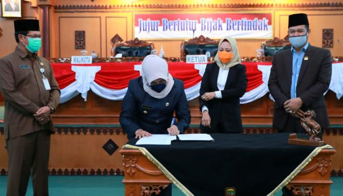 Wali Kota Tanjungpinang Hj. Rahma Saat Menandatangani Berita Acara APBD Perubahan
